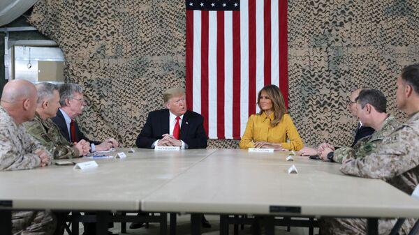 Президент США Дональд Трамп с супругой Меланьей в ходе необъявленного визита в Ирак. 26 декабря 2018