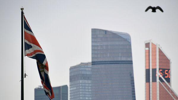 Флаг Соединенного Королевства на здании посольства Великобритании в России