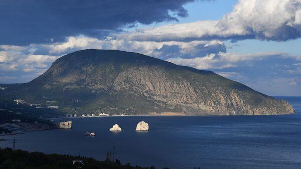 Побережье Черного моря в районе поселка Гурзуф в Крыму.