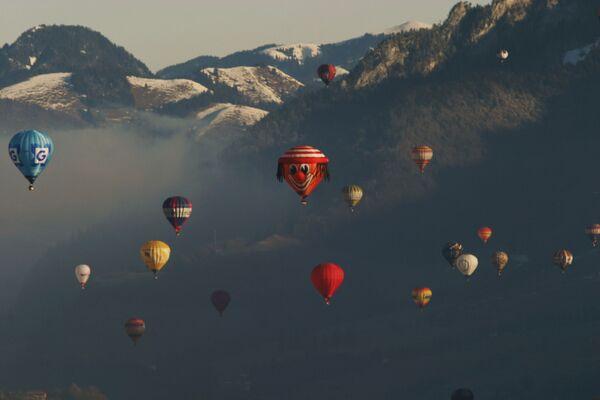 Международный фестиваль воздушных шаров на альпийском курорте Шато-д'Э в Швейцарии