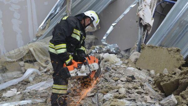 Спасатель на месте обрушения подъезда в жилом доме в Магнитогорске. 31 декабря 2018