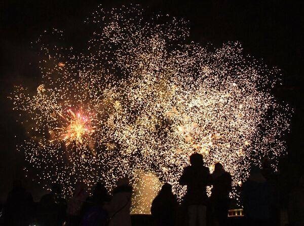 Праздничный фейерверк в преддверии встречи Нового года на улице Владивостока