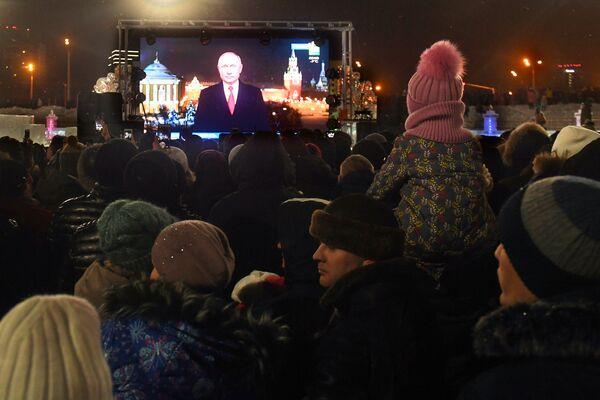 Горожане слушают обращение президента РФ Владимира Путина во время встречи Нового года - 2019 у Центральной елки в Казани