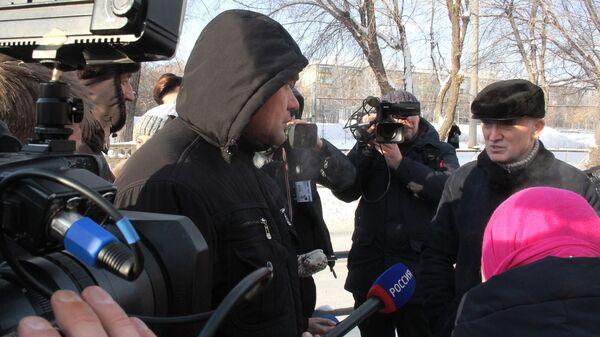 Губернатор Челябинской области Борис Дубровский отвечает на вопросы журналистов на месте обрушения одного из подъездов жилого дома в Магнитогорске, где произошел взрыв бытового газа. 1 января 2019