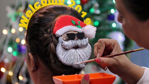 Парикмахер украшает женскую прическу к Новому году