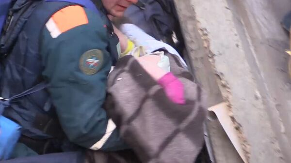 Кадры спасения ребенка из-под завалов жилого дома в Магнитогорске