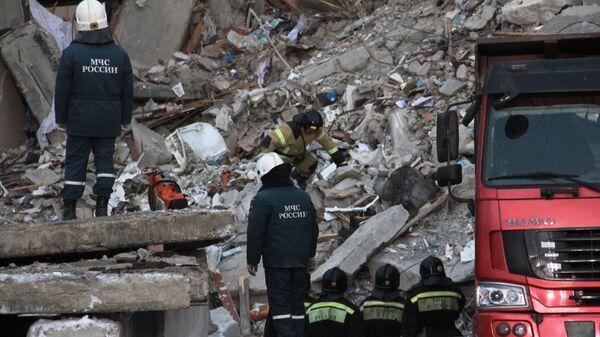 Сотрудники МЧС РФ на месте обрушения одного из подъездов жилого дома в Магнитогорске, где произошел взрыв бытового газа. 2 января 2018