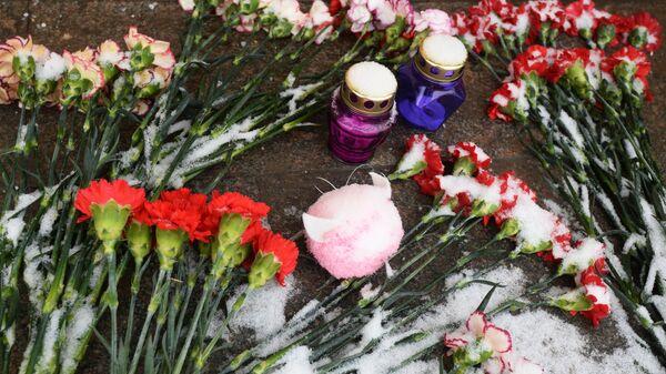 Цветы и свечи возле здания представительства Челябинской области в Москве в память о погибших в Магнитогорске