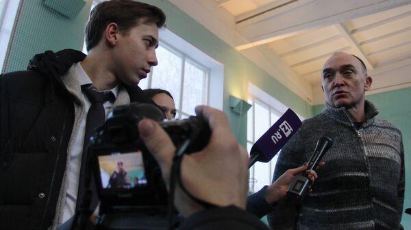 Губернатор Челябинской области Борис Дубровский общается с журналистами во временном штабе в Магнитогорске