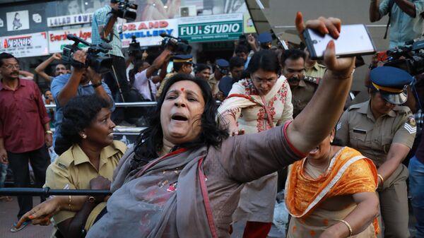 Волнения в Индийском городе Сабаримала, штат Керала, после того, как две женщины зашли внутрь храма бога Айяппана