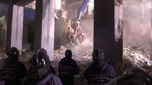 Разбор завалов сотрудниками МЧС РФ на месте обрушения одного из подъездов жилого дома в Магнитогорске. 3 января 2019