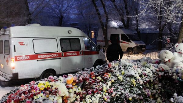 Цветы и игрушки у жилого дома на проспекте Карла Маркса в Магнитогорске. 4 января 2019
