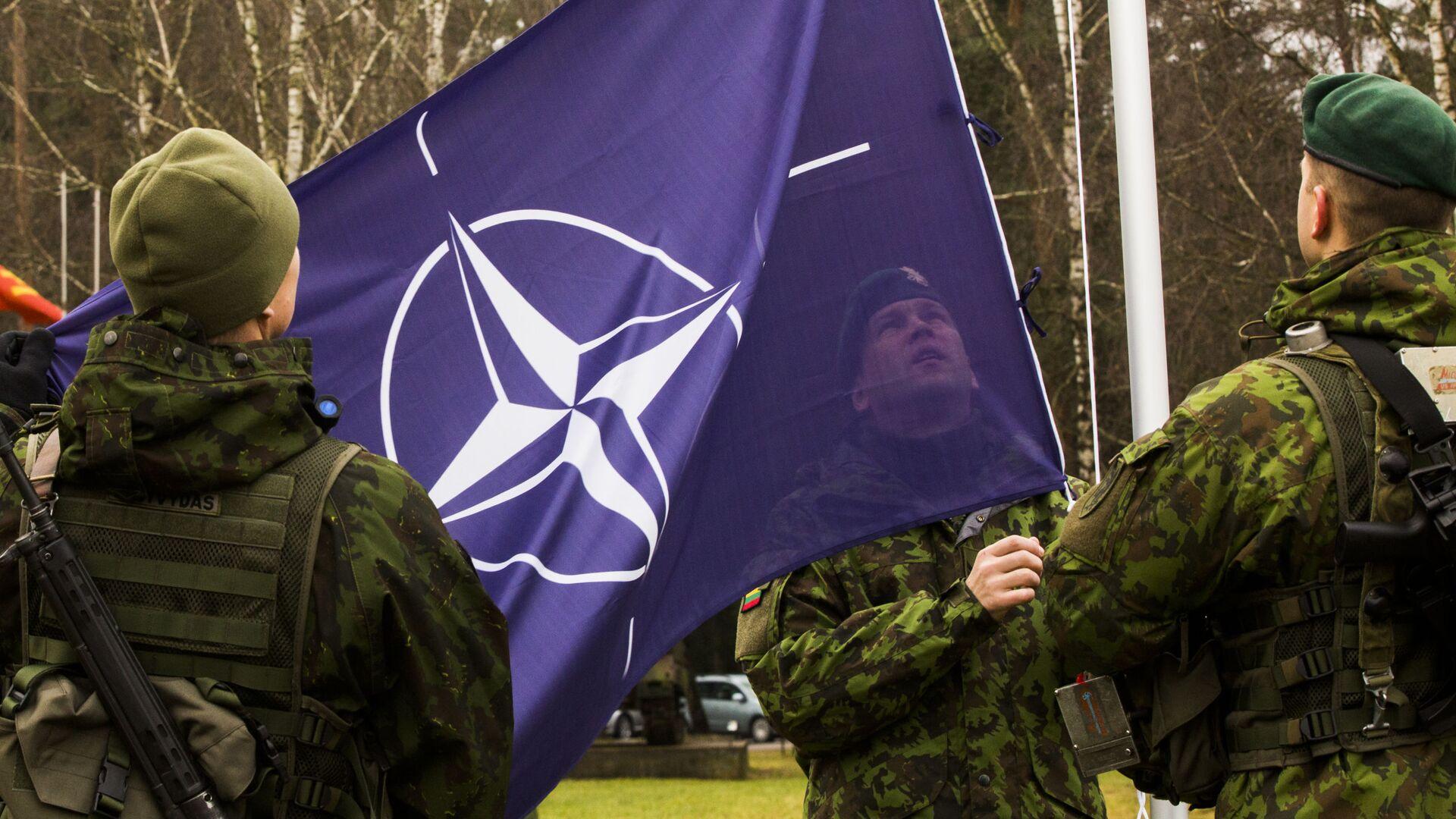 Военнослужащие поднимают флаг НАТО - РИА Новости, 1920, 17.06.2020