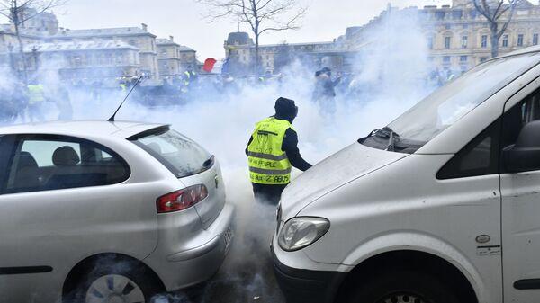 Участник протестной акции жёлтых жилетов в Париже. 5 января 2019