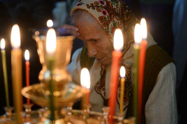 Женщина в церкви Архангела Михаила в Грозном во время рождественского богослужения. 7 января 2019