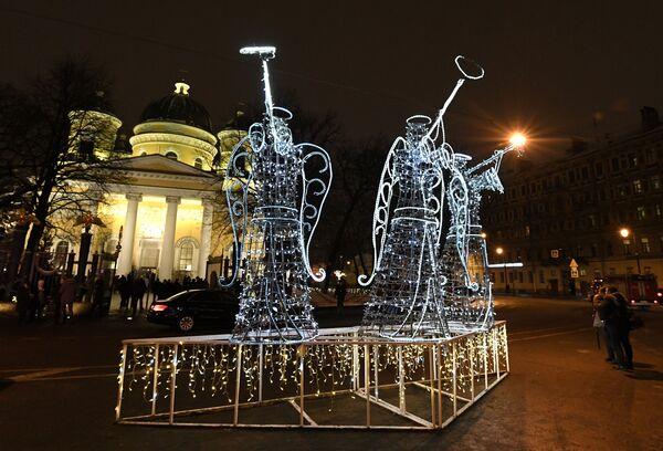 Праздничные световые фигуры перед Спасо-Преображенским собором всей гвардии в Санкт-Петербурге. 7 января 2019