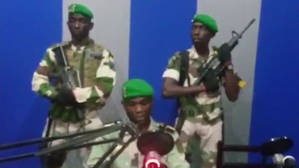 Солдат читает заявление по государственному телевидению, в котором говорится, что военные захватили контроль над правительством в Габоне. 7 января 2019
