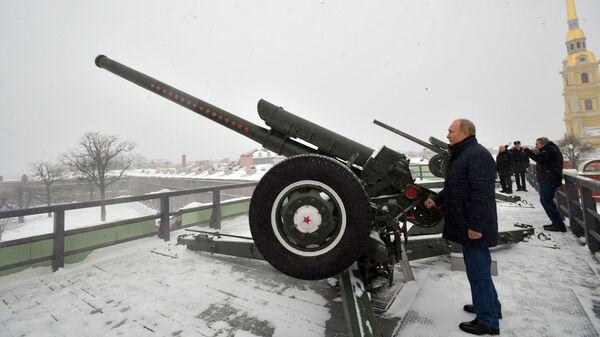 Владимир Путин производит традиционный полуденный выстрел из пушки во время прогулки по Петропавловской крепости. 7 января 2019