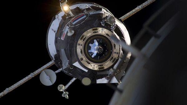 Космический корабль во время стыковки