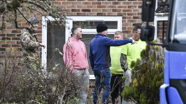Рабочие и военнослужащие возле дома Сергея Скрипала в Солсбери, Англия