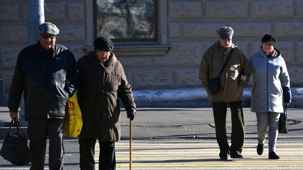 Пенсионеры на улице Москвы