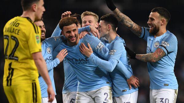 Футболисты Манчестер Сити радуются забитому мячу