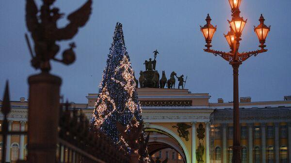 Фигура двухглавого орла со скипетром и державой на ограждении Александрийской колонны на Дворцовой площади в Санкт-Петербурге