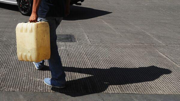 Мексиканец с канистрой бензина