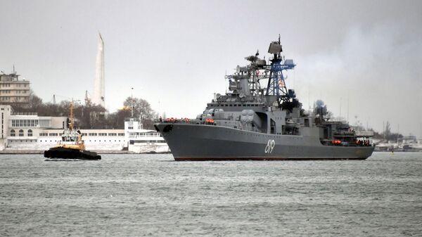 Большой противолодочный корабль Северного флота Североморск во время захода в Севастопольскую бухту. 10 января 2019