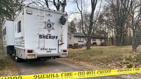 Автомобиль шерифа возле дома семьи Клосс в штате Висконсин