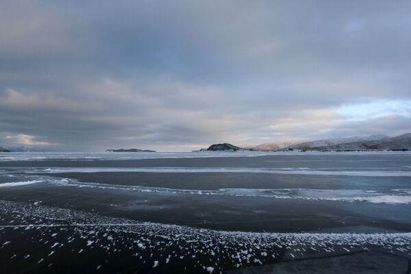 Лед на замерзшем озере Байкал