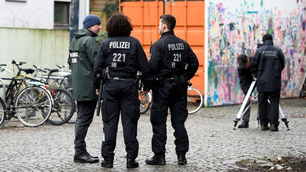 Сотрудники полиции осматривают место, где произошло нападение на депутата бундестага Франка Магница в Бремене. 8 января 2019