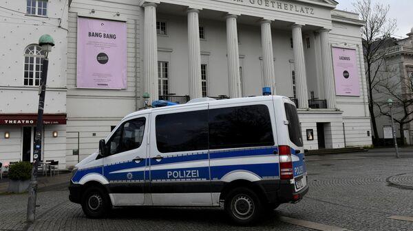 Полицейский автомобиль у театра Бремена, где произошло нападение на депутата бундестага Франка Магница. 8 января 2019
