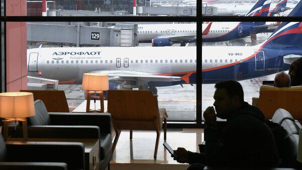 Пассажир в зоне ожидания терминала B международного аэропорта Шереметьево в Москве