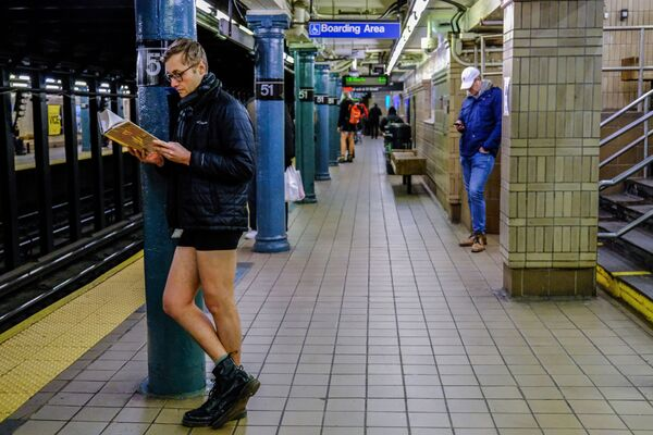 Участник флешмоба В метро без штанов на одной из станций метро Нью-Йорка