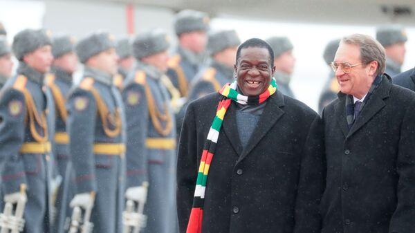 Президент Зимбабве Эммерсон Мнангагва и заместитель министра иностранных дел РФ Михаил Богданов в аэропорту в Москве. 14 января 2019