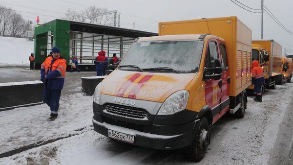 Автомобили аварийных служб у станции метро Окружная в Москве, закрытой из-за подтопления. 15 января 2019
