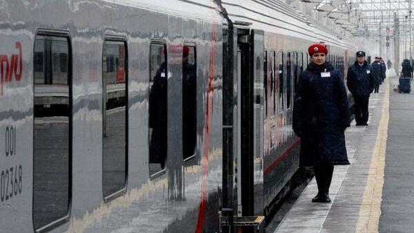 Проводники у поезда