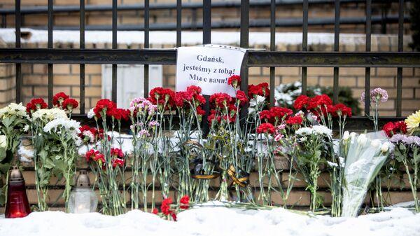 Цветы у здания Генерального консульства Республики Польша в Калининграде в память о мэре Гданьска Павле Адамовиче