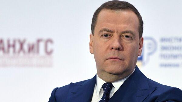 Медведев напримере омлета рассказал обабсурдности претензий кбизнесу