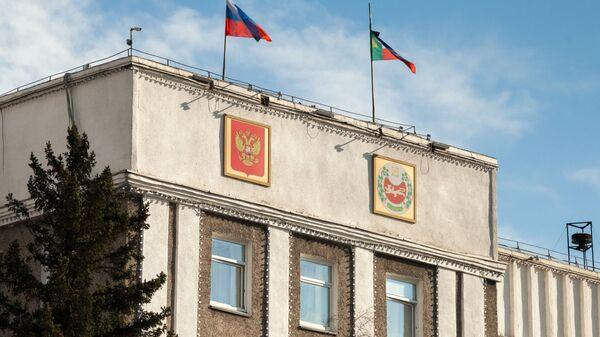 Флаги на здании правительства Республики Хакасия