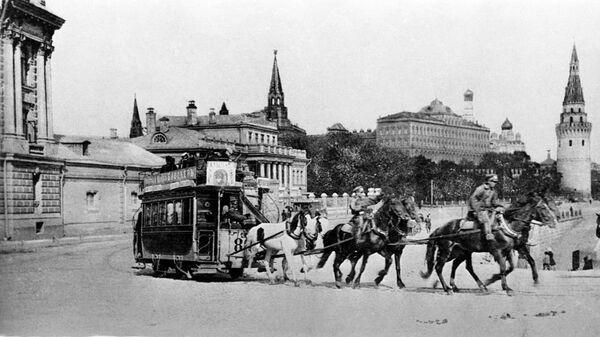 Почтовая открытка с видом на Московский Кремль от Большого каменного моста. 1890-е гг.