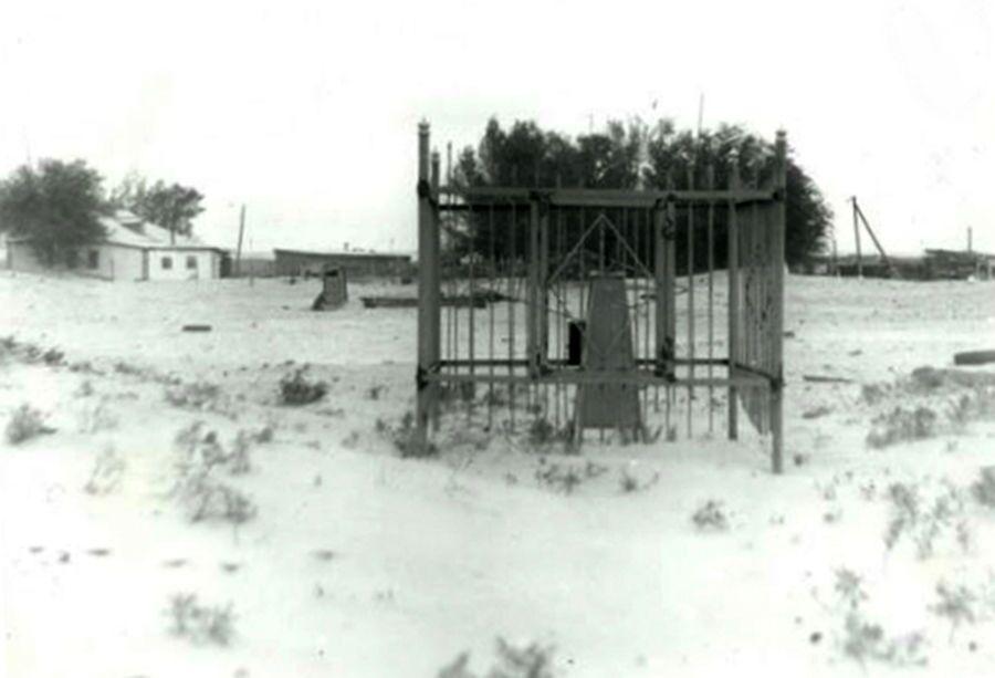 Памятник Мавре Петровне Тухачевской в Челкарском районе Актюбинской области Казахстана. Фотография 1990 года