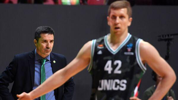 Главный тренер УНИКСА Димитрис Прифтис (слева) и игрок УНИКСА Евгений Колесников