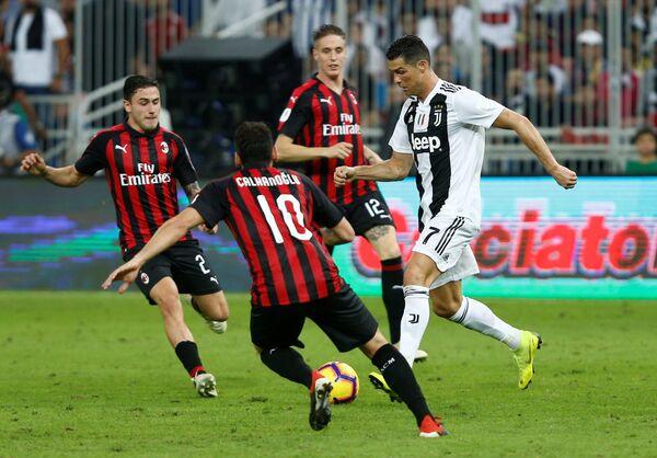 Криштиану Роналду (справа) в матче за Суперкубок Италии против Милана