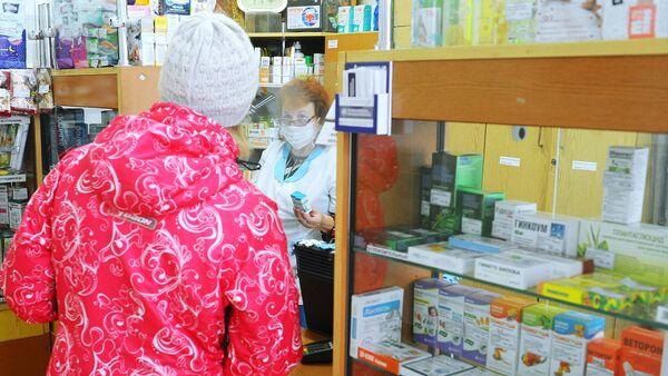 Фармацевт обслуживает посетителя