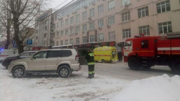 Сотрудники экстренных служб на месте пожара в Ленинском районе города Перми.