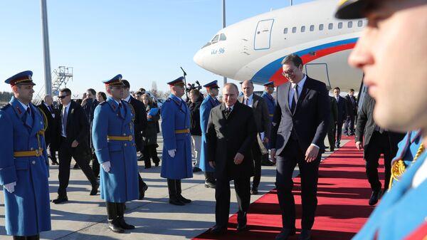 Президент РФ Владимир Путин и президент Республики Сербии Александр Вучич в аэропорту имени Николы Теслы в Белграде