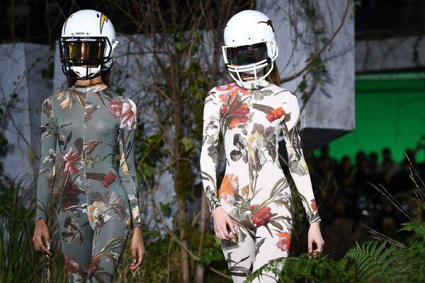 Модели на показе Off-White в рамках недели моды в Париже