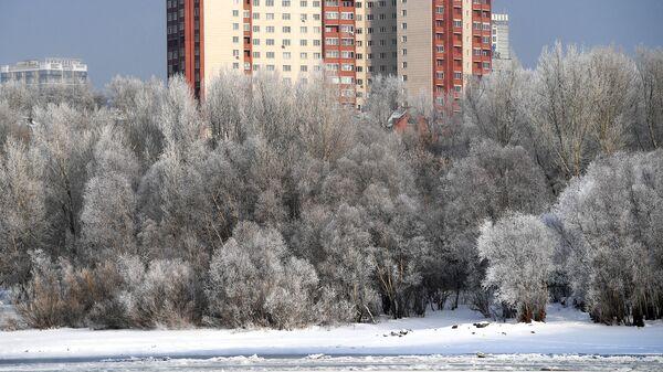 Жилые дома на берегу реки Обь в Новосибирске